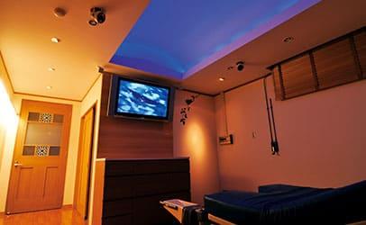 黄色と青の照明で演出された寝室