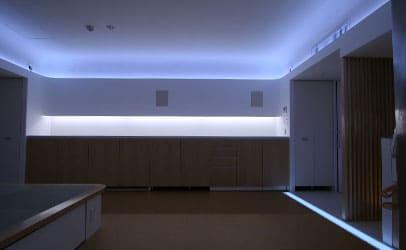 目に優しい白色光の院内廊下